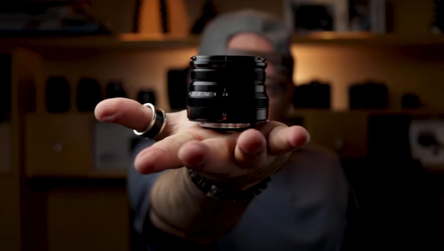 Palma da mão do X-Photographer Marcello Barbusci aberta segurando a lente XF 16mm