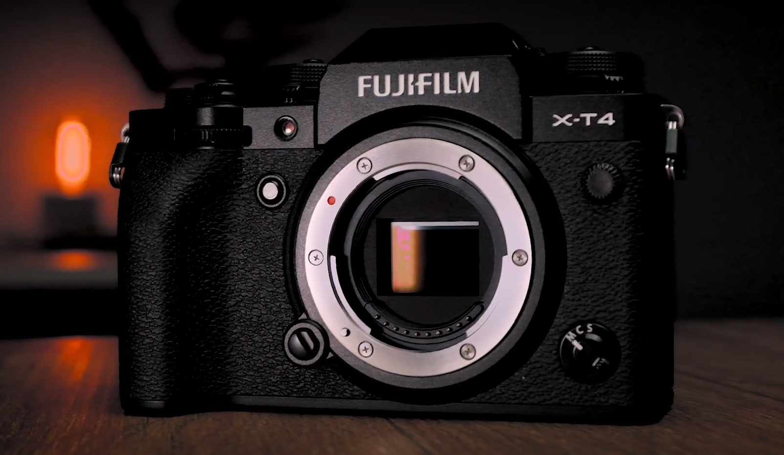 Imagem aproximada da câmera X-T4 em fundo com luz